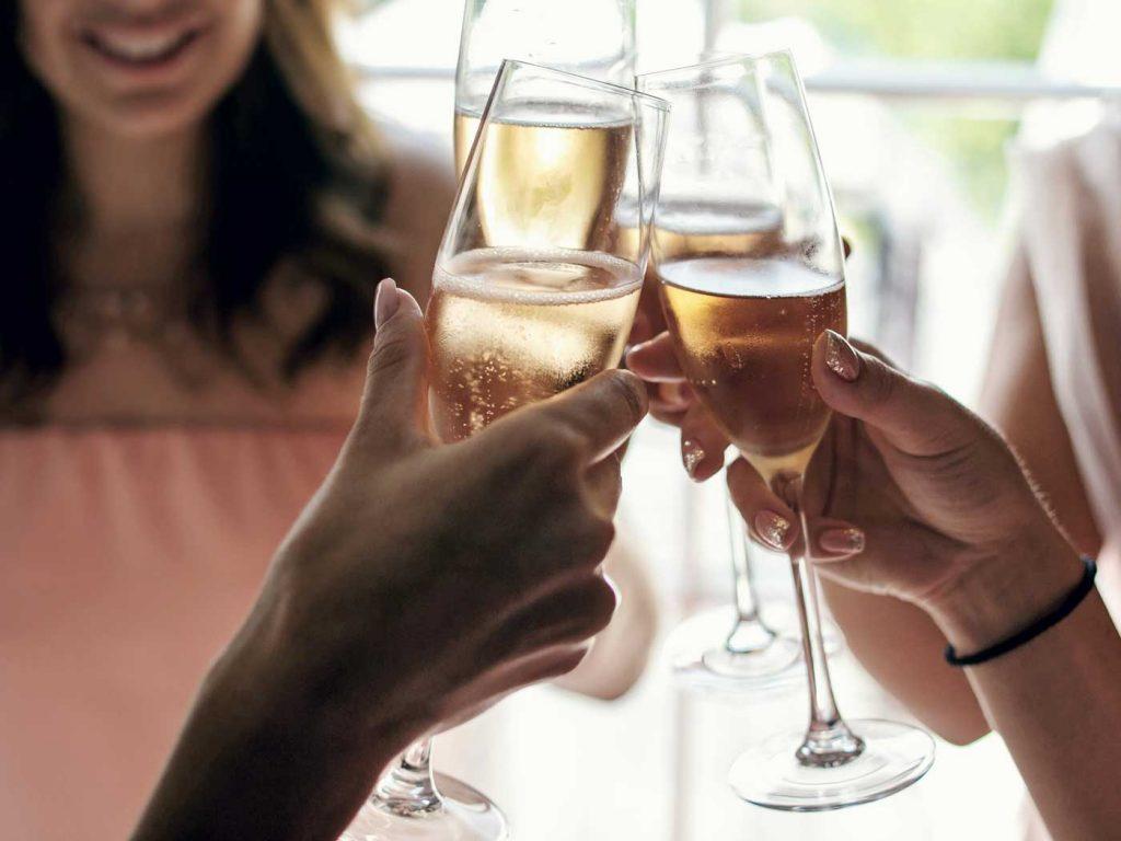 Amiga Bruidsmodewinkel photoshoot champagne